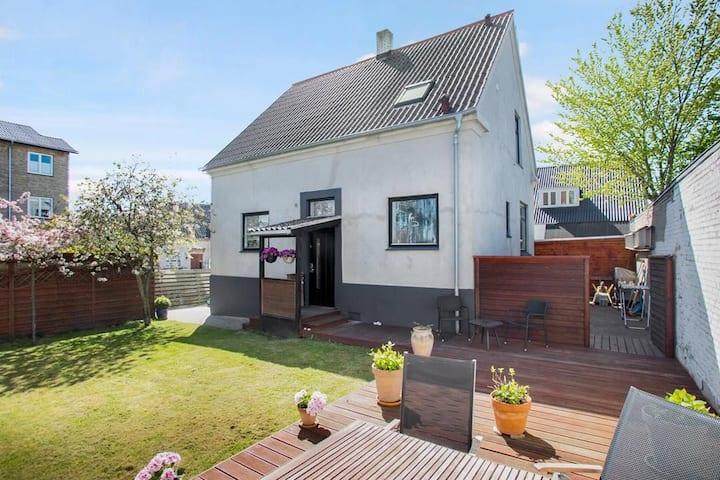 Unik lejlighed i hus med have, terrasse og P-plads