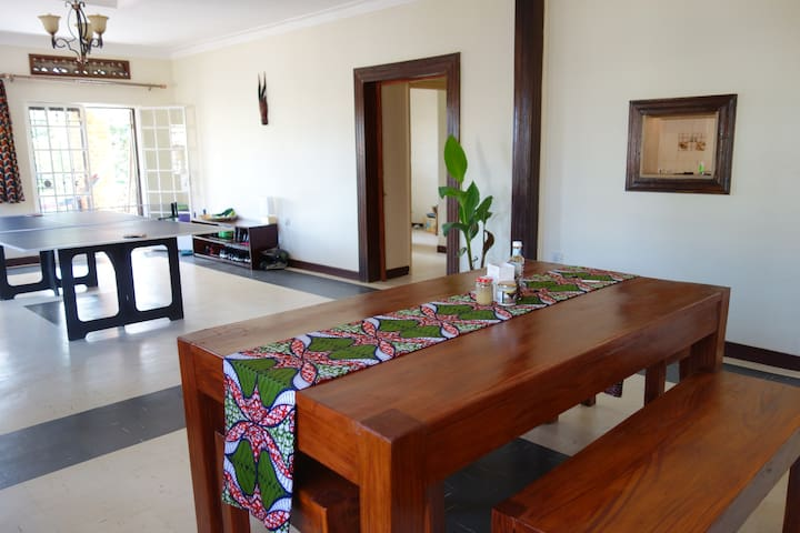 Tranquil and Leafy Four Poster Double Room - Kampala - House