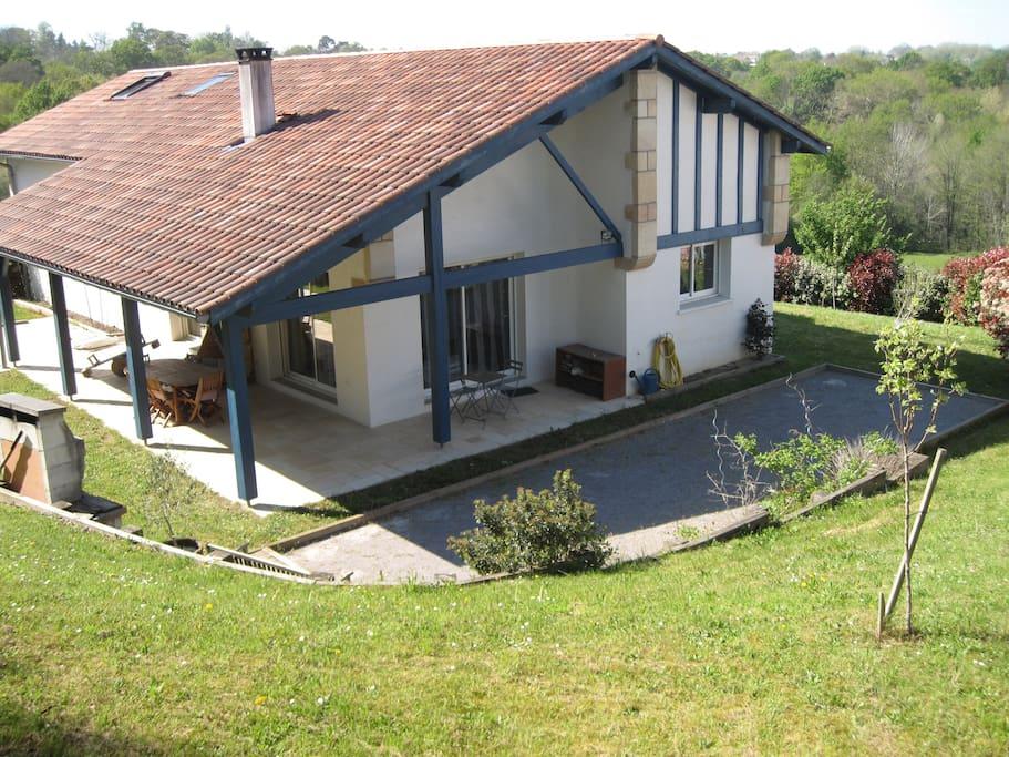 Terrasse couverte de 50m² avec terrain de pétanque et barbecue