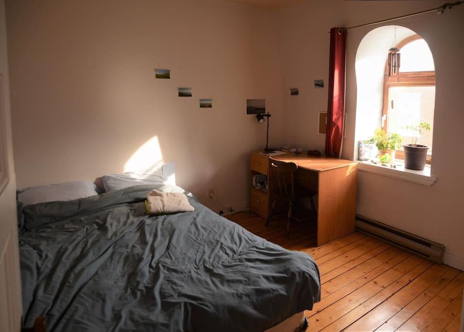 Votre future chambre :) Très lumineuse, avec une penderie, un bureau, un lit Queen size, et une belle déco avec tout ça :)
