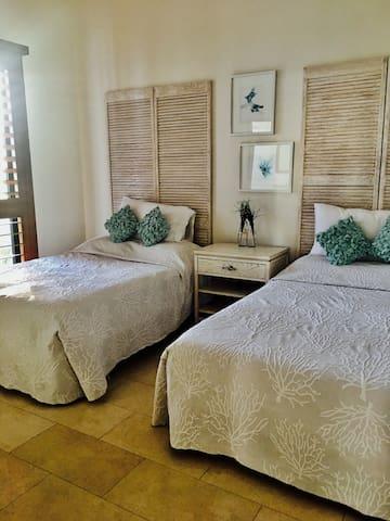 Quinta recámara con terraza en planta baja, dos camas matrimoniales