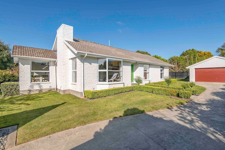 4 MINS TO AIRPORT! ENTIRE FAMILY HOME ALL YOURS!!