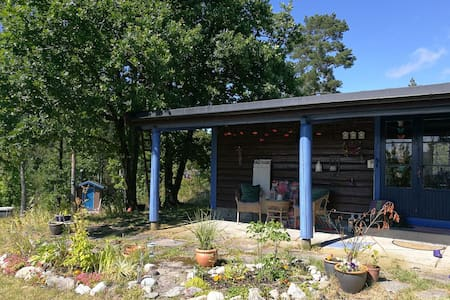 Liten hytte med stor hage og kort vei til badebukt