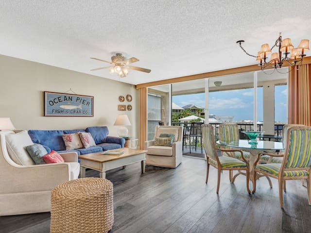 Bright, cozy unit, 2 beach chairs & bicycles included, Close to Everything!