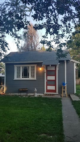 Urban Hideaway, 420 and dog friendly, great yard