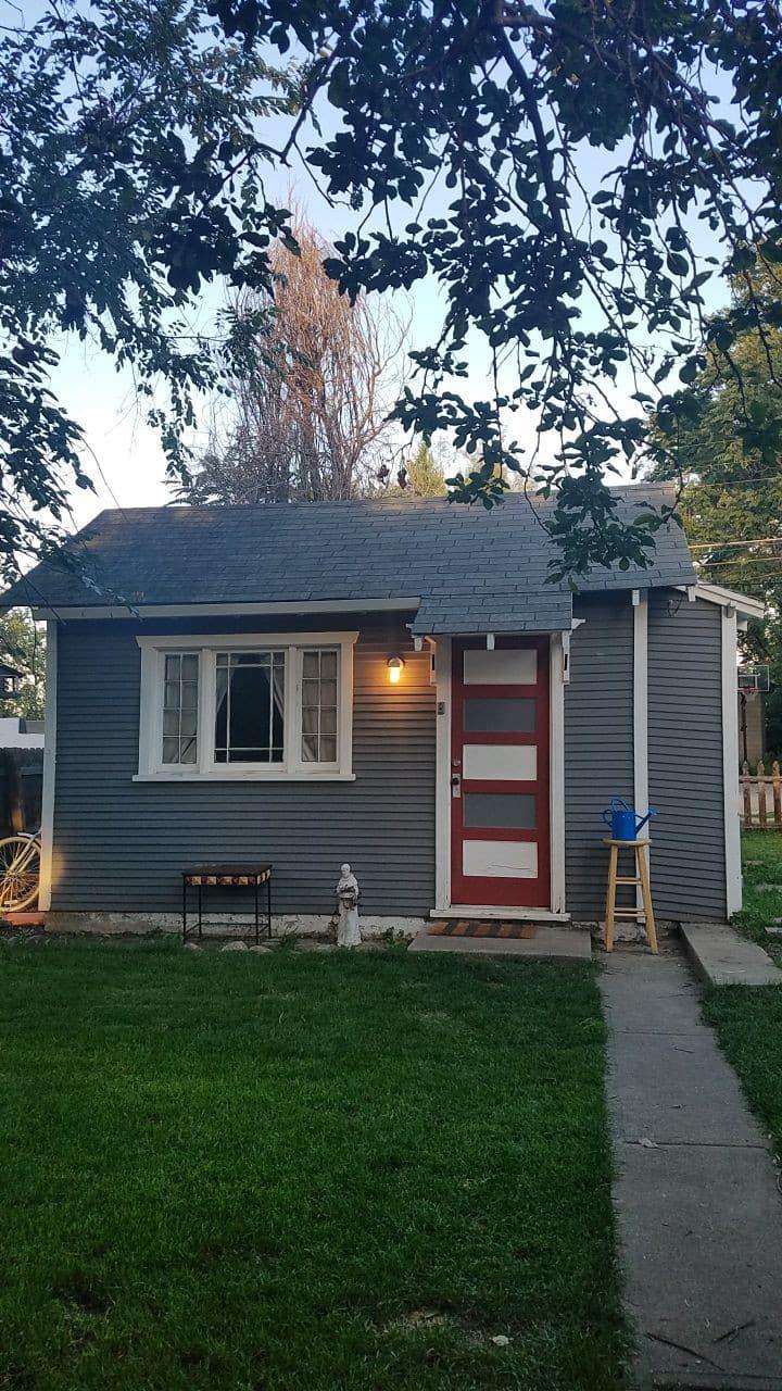 Urban Hideaway, 420 and dog friendly, great yard