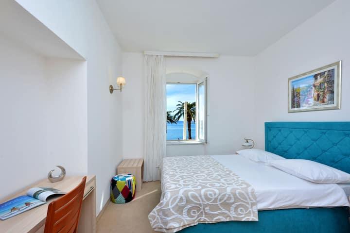 Hotel deluxe double sea view room