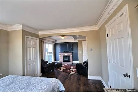 84 Walk Score! Master Suite & Private Patio - Everett - Ev
