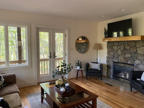 Peaceful 3-Bedroom Mountain home w/Fireplace+Deck