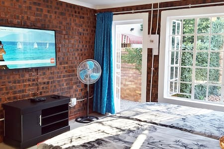 Sunny Hatfield Cottage with WIFI and DSTV