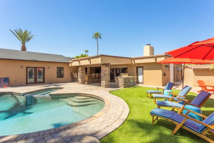 Luxe Oasis: Pool, Spa, Game Room & Outdoor Kitchen