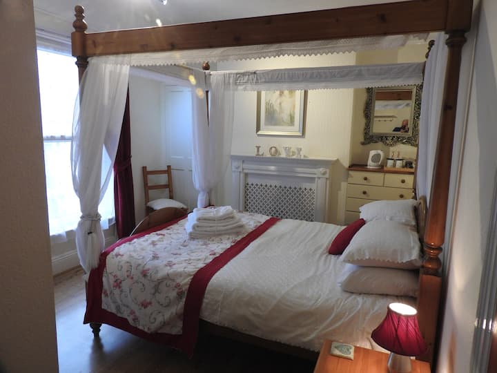 Four poster Bed with ensuite shower