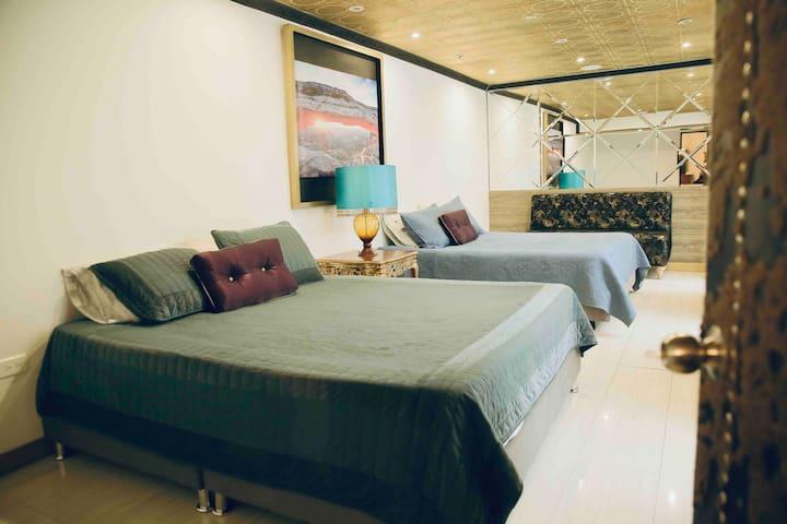 En la habitación Blue podrás encontrar dos camas Queen y un fabuloso sofá.