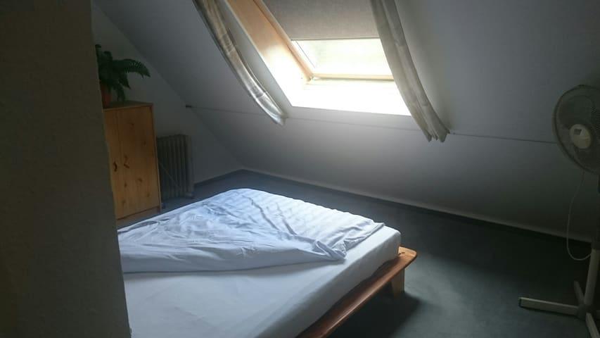 Schlafzimmer, Bett 1,40 m x 2,00 . Bettwäsche, Bettzeug, Kopfkissen.  Bettwäsche, Handtücher, Badetücher im Wäscheschrank zum Wechseln