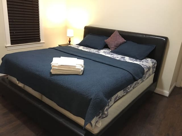 Large Private Room-King Bed-Close to Boston