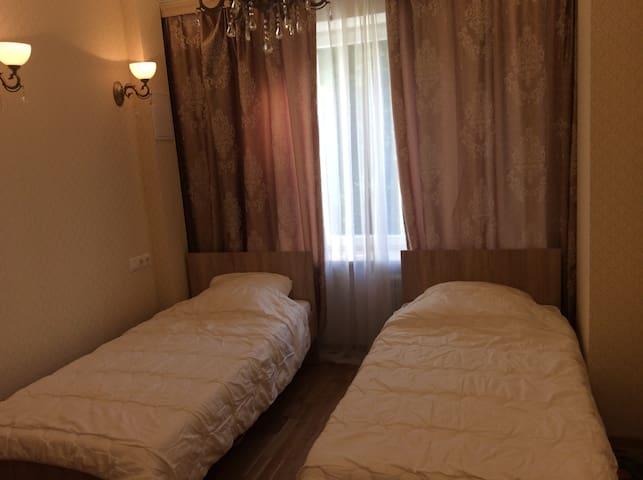 Третья спальня с 1 или 2 односпальными кроватями (по желанию).
