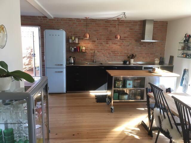 Villalejlighed med terrasse og have