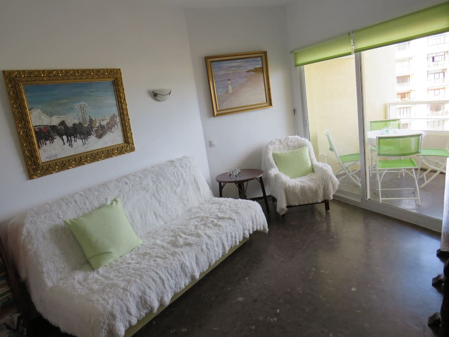 Living room with views of the sea and the port of Benalmadena. Small but has a charming atmosphere. Apartment on the last 10th floor - beautiful view. Sunrises every day.
