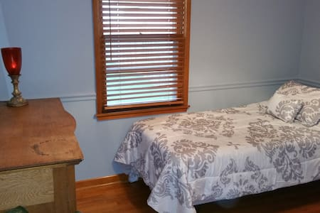 Comfortable Room Centrally Located to Everything! - Huis