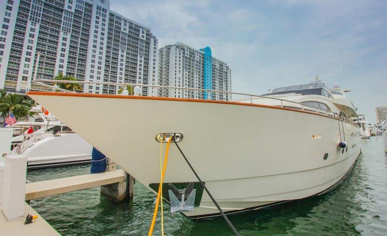 BEAUTIFUL MEGA YACHT - Miami Beach - Barco