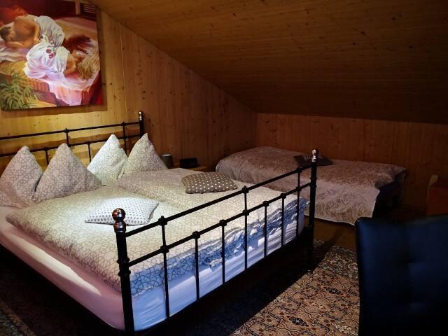 Schlafbereich mit Doppelbett und Einzelbett
