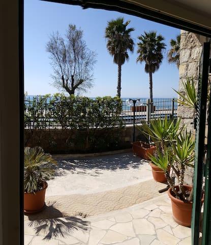 BEACH HOUSE IN FRONT OF THE SEA - Terracina - วิลล่า