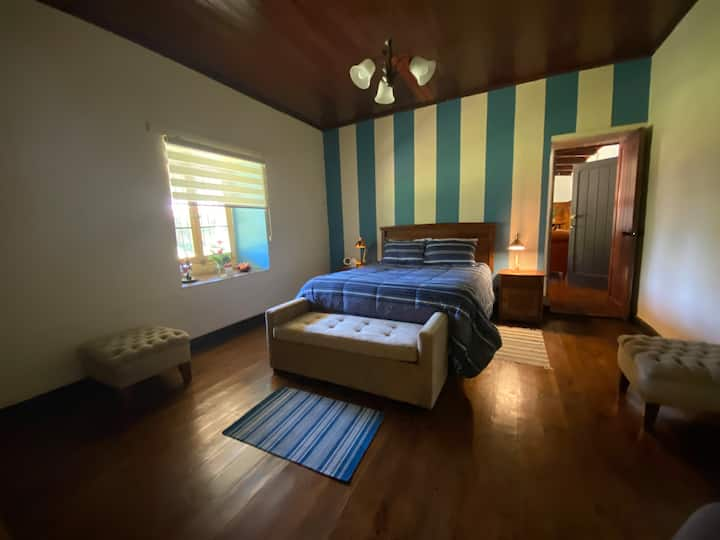 The White House  B&B - Red and Stripe Room 4 Pax.