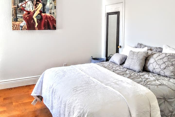 Large private room, close to Mission St & BART