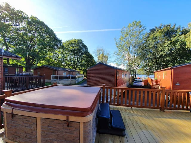 3 Bedroom Lodge with Hot Tub on Lake Windermere