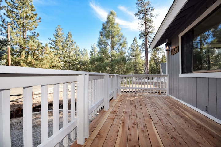 Dew Drop Inn: Game Room! Cable & WiFi! Ski Slope Views! Walk to the Lake and Park! Hot Tub!