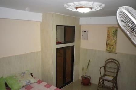 chambre avec salle de bain separée pour 2 a 4 pax - Krong Kaeb