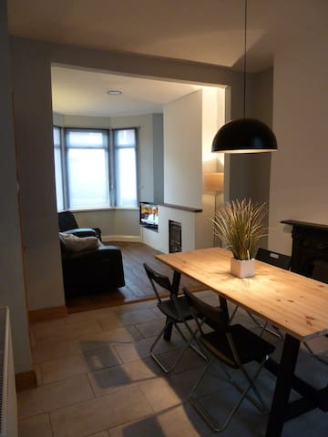 Entire House Free Parking WiFi 10 mins to Centre!