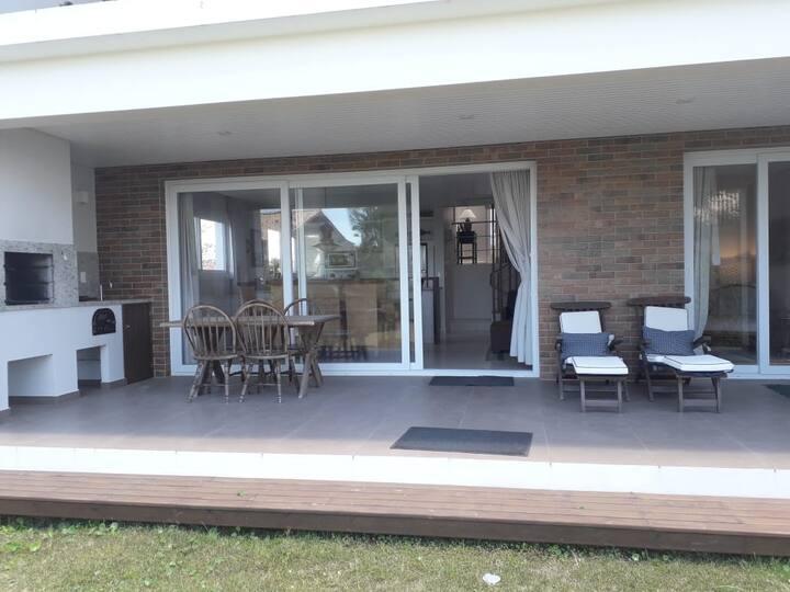 Nova e Moderna Casa na Barra  em Garopaba