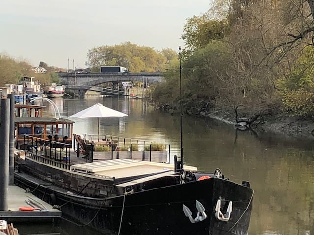 Luxury large Houseboat on the Thames by Kew Bridge