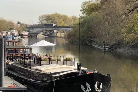 Luxury large Houseboat on the Thames by Kew Bridge
