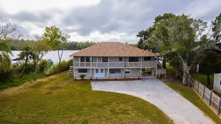 Homosassa Hideaway located on the HOMOSASSA RIVER!