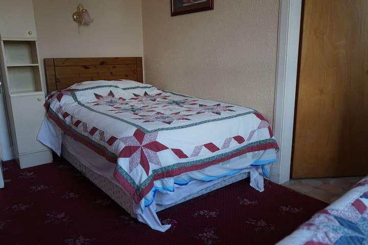 En suite room 3 next to Edinburgh Zoo