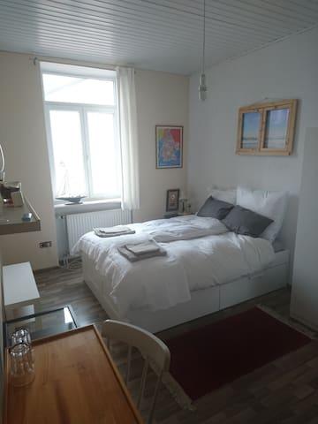 hell gem tlich sauber wohnungen zur miete in m nchen bayern deutschland. Black Bedroom Furniture Sets. Home Design Ideas