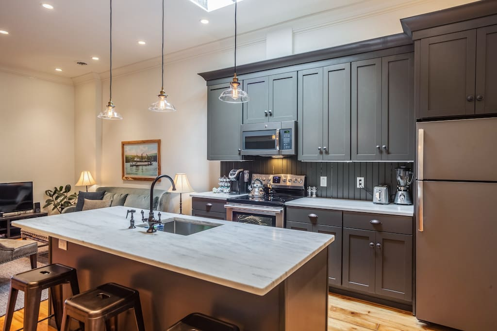 Full, Open Kitchen with Counter Seating