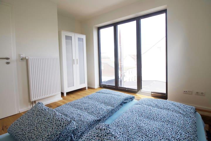 Schlafzimmer #01 mit 160 x 200 cm Bett, welches sich zu zwei 80 x 200 cm Betten teilen lässt.