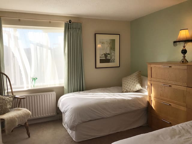 Large, comfortable ensuite room in Hamble village