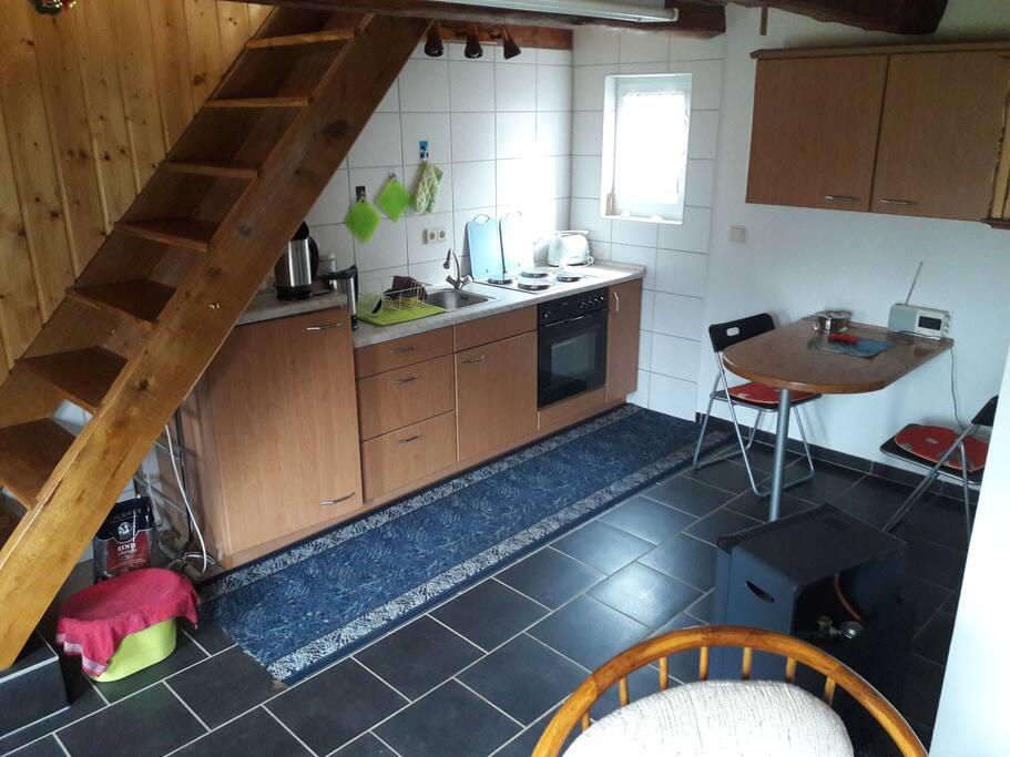 Küche mit Esstisch/ Treppe zum Schlafbereich