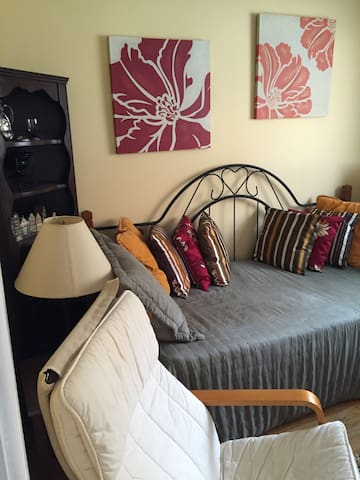 Sunny, very clean, spacious Room - West Orange