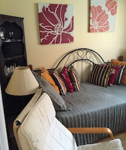 Sunny, very clean, spacious Room - West Orange - Hus