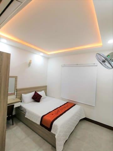 Phòng ngủ có tủ, bàn trang điểm và nệm thêm