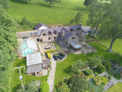 North Wales Cottage in 6 acres with stunning views