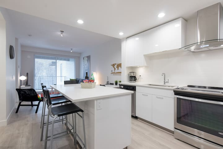Brand new, modern 1 bedroom with huge patio - North Vancouver - Apartment