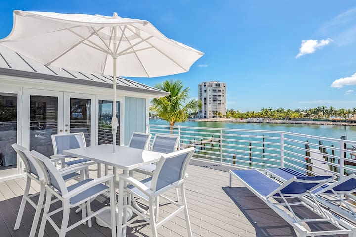 Waterfront home w/ gorgeous views from the patio! Shared pool, hot tub, & tennis