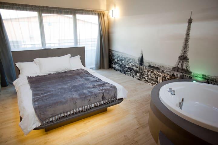 "Suite  ""Trip to Paris"" - Milano - Bed & Breakfast"