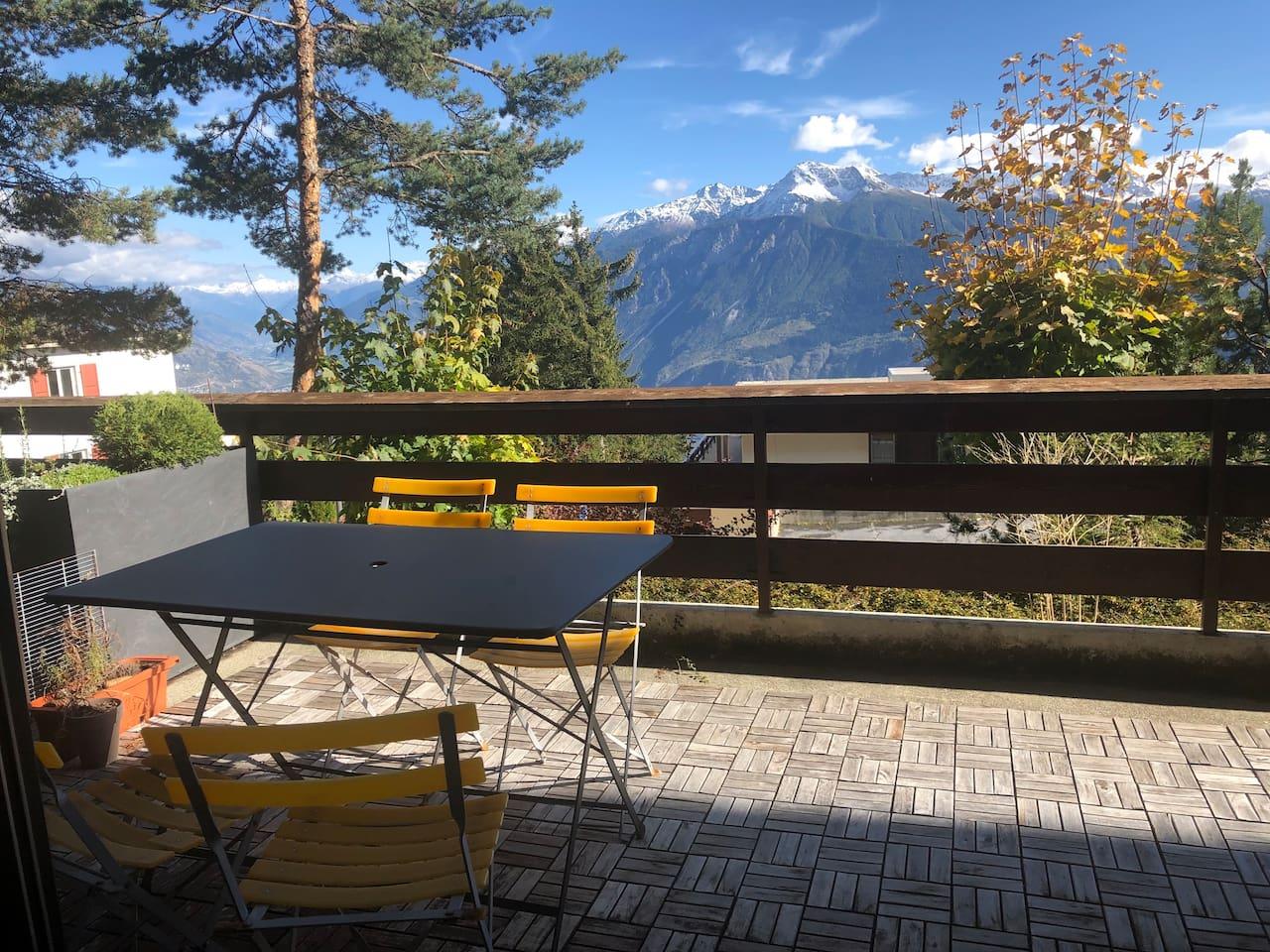 Dal terrazzo si gode una splendida vista. D'estate e nelle belle giornate invernali si po' godere del sole e delle vista anche pranzando sul grande terrazzo